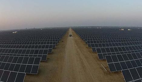 Planta fotovoltaica Quaid-e-Azam, en el desierto de Punjab, Pakistán.